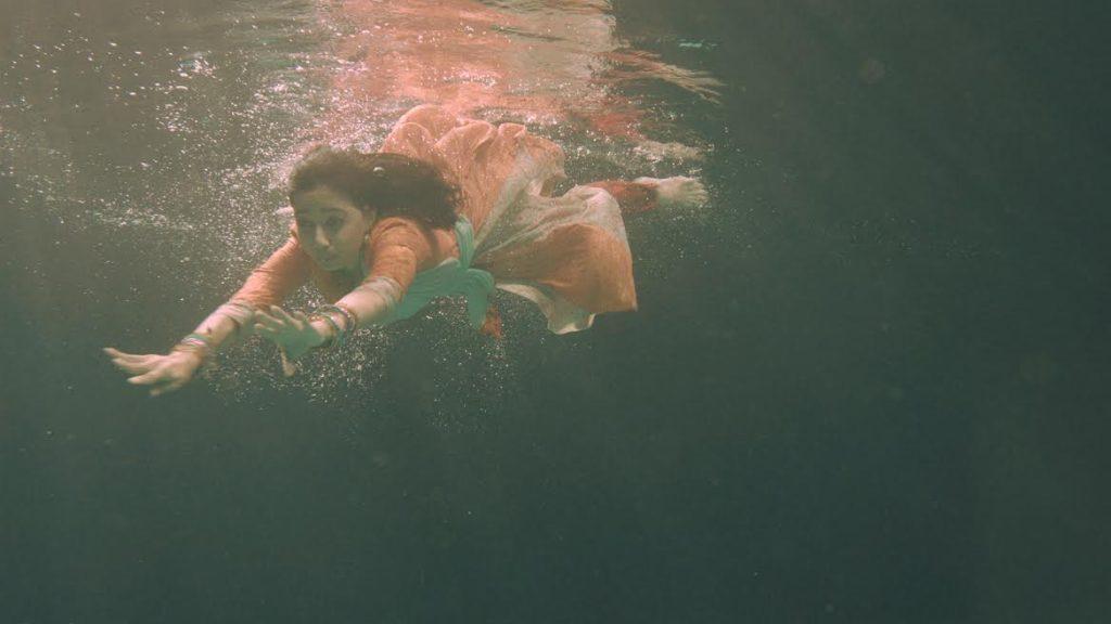 goth-star-pravah-serial-actress-underwater-photo